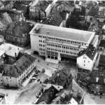 Das Kolpinghaus kurz nach seiner Eröffnung 1954. Zehn Jahre später mussten rund um den Bau zahlreiche Häuser für die geplante Verkehrstrasse abgebrochen werden. Foto: Edition Bunte Hunde