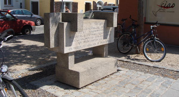 Unter Christa Meier aufgestellt: ein Gedenkstein zu Ehren der Opfer. Foto: Archiv