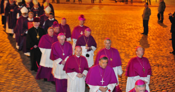 Bischof Ackermann (vorne rechts im Bild) stimmen Vorgänge im Bistum Regensburg nachdenklich. Foto: Staudinger