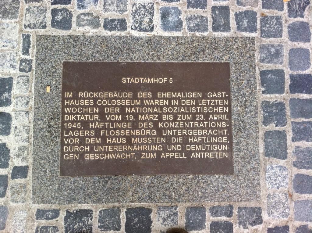 Die Gedenkplatte soll entfernt und durch Stelen und eine Tafel am Gebäude ersetzt werden. Foto: Archiv