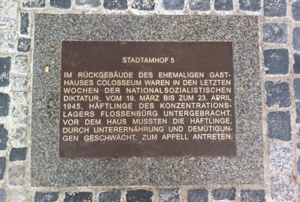 """""""In fast grotesker Weise am Kern der Sache vorbei"""": Die Bodenplatte verschweigt insbesondere die Todesopfer der KZ-Außenstelle Colosseum."""