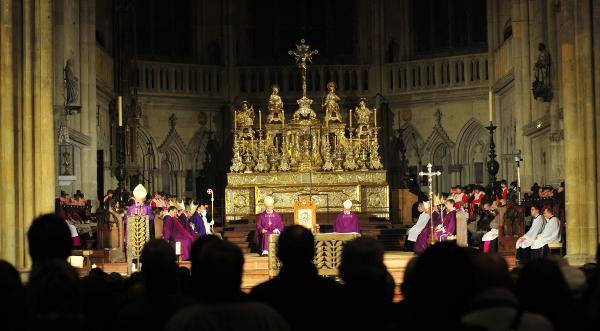 Schweigen hinter Pomp und Prunk: Der Führungsstab der Diözese Regensburg. Foto: Archiv/ Staudinger