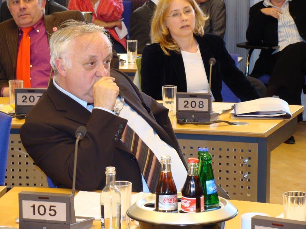Wegen seiner Verstrickungen in die Korruptionsaffäre wurde Norbert Hartl (re.) heute von seinen Aufsichtsratsposten abberufen. Foto: archiv