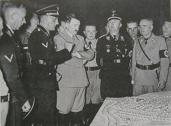 """Otto Schottenheim, Regensburger Bürgermeister von 1933 bis 1945, bei der Vorstellung des Modells der """"Schottenheim-Siedlung"""". (links von Reichskanzler Adolf Hitler stehend). Quelle: Wikipedia"""