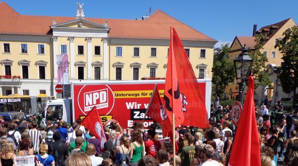 Die NPD-Deutschlandtour im Jahr 2012: Der NPD-Truck wird am Bismarckplatz von Gegendemonstranten eingekreist. Foto: Archiv/ as