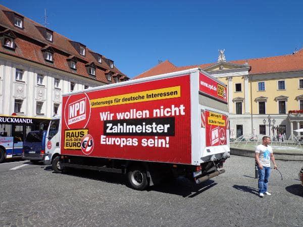 Knape am 1. August vor dem NPD-Truck am Bismarckplatz, bewaffnet mit einem Fahrradschloss. Foto: Archiv/ as