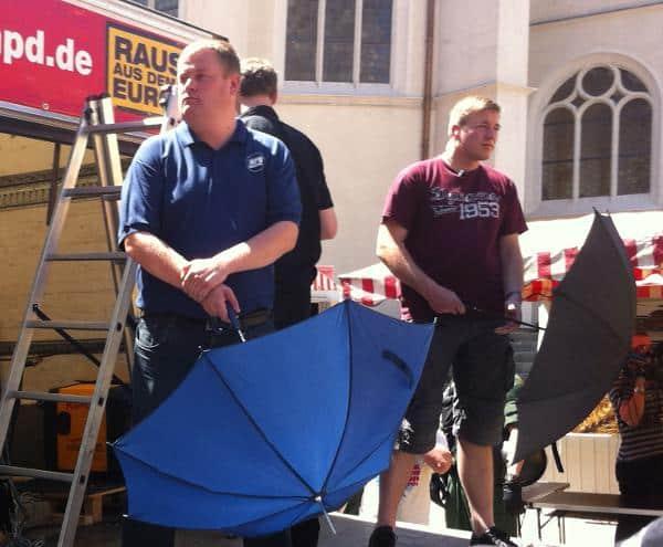 Blieben von der Polizei unbeanstandet: Alle NPDler trugen Schirme mit Metallsspitze. Foto: as
