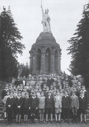 Die Domspatzen 1936 vor dem Hermann-Denkmal im Teutoburger Wald. Foto: privat