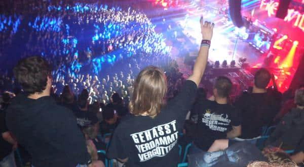 Fans bei einem Frei.Wild-Konzert in Regensburg.  Inszenierungen von Männlichkeit, Rebellentum, Ehre und Stolz. Foto: Archiv/ as