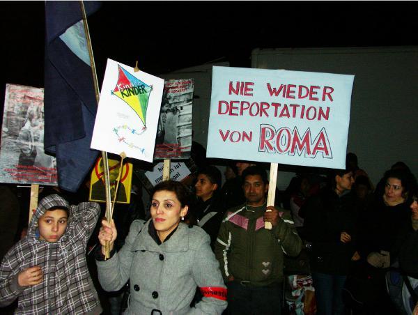 Über 500.000 Sinti und Roma wurden von den Nazis ermordert. Zeitgleich zur Einweihung des Denkmals für die Ermordeten am 24. Oktober 2012 in Berlin sprachen Regierungs-Politiker Roma und Sinti Asylgründe ab. Die EU-Kommission stellte im August 2012 fest, dass Roma in allen Balkanstaaten einer Diskriminierung ausgesetzt sind, die sie an der Ausübung grundlegender Rechte hindert. 11. Dezember 2012: Neun Bundesländer schieben 129 Flüchtlinge nach Serbien und Mazedonien ab.
