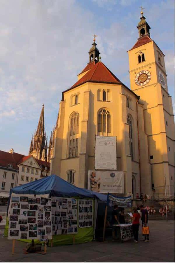 """Auch in Regensburg haben Flüchtlinge gemeinsam mit Unterstützerinnen und Unterstützern zwei Monate lang für die Abschaffung der menschenunwürdigen Sondergesetze protestiert. Gemeinsam mit den anderen Protestcamps haben sie anschließend den """"Refugee Protest March"""" von Würzburg nach Berlin durchgeführt, wo bis heute Flüchtlinge für ihre elementaren Rechte kämpfen."""