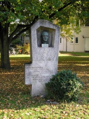 Büste für den Professor von Hitlers Gnaden vor dem Domspatzen-Gymnasium in Regensburg. Foto: Werner