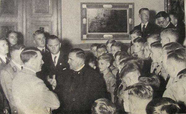 """Unverkennbare Nähe: Theobald Schrems 1938 auf dem Obersalzberg im Gespräch mit Adolf Hitler. Foto im """"Illustrierten Beobachter"""" 1938."""