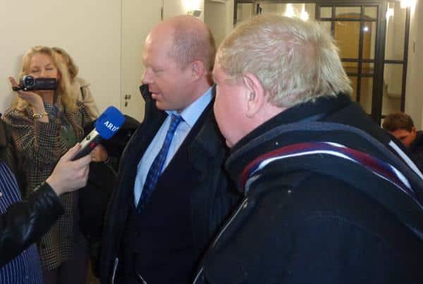 Andreas Geipel und Edgar Zeiler im Interview. Michéle Renouf filmt derweil Prozessbeobachter und Journalisten. Foto: as
