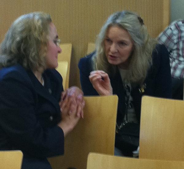 Williamson-Fans: Die beiden Holocaustleugnerinnen Sylvia Stolz und Micelle Renouf im Plausch am Rande einer Verhandlung gegen den Ex-Piusbruder. Foto: Archiv/ as