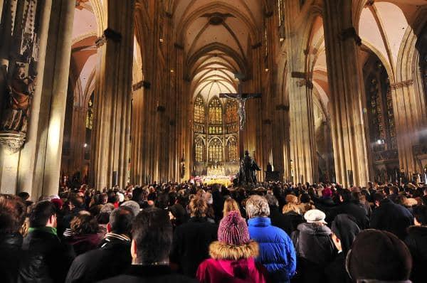Herzliche Begrüßung im vollen Dom. Foto: Staudinger