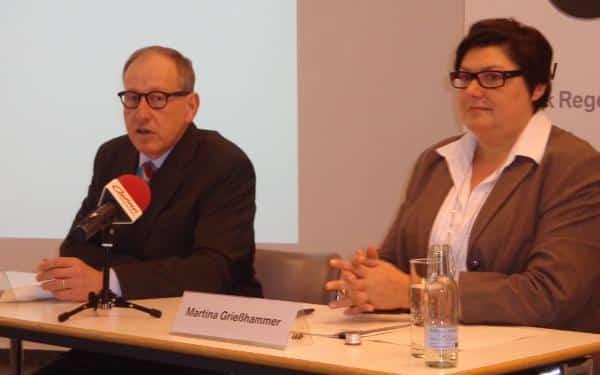 Positive Nachrichten und höfliches Schweigen: Werksleiter Andreas Wendt und Pressesprecherin Martina Grießhammer. Foto: as