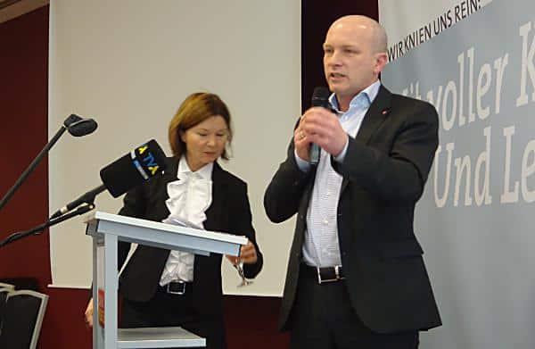 Wasser für den Kandidaten: Joachim Wolbergs bei seiner Vorstellungsrede. Fotos: as