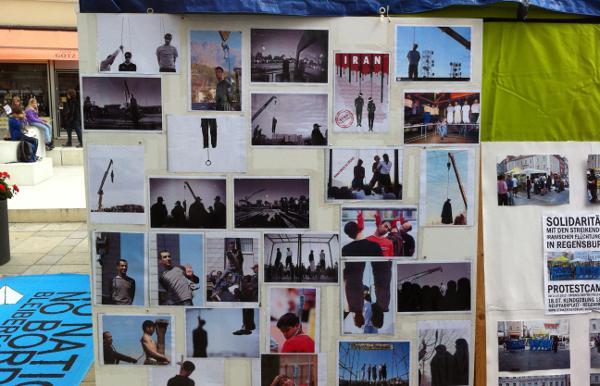 Aushang bei einem Protest-Camp der iranischer Flüchtlinge 2013.  Für 2014 berichtet Amnesty Internation von 289 Hinrichtungen, die offiziell bestätigt wurden.