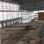 Mitten in der boomenden Stadt Regensburg befindet sich die ruhigste Baustelle der Welt: Blick hinter die Plane bei der Steinernen Brücke. Foto: Archiv