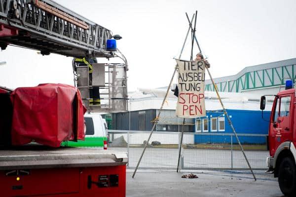 Mit Amtshilfe der Feuerwehr räumt die Polizei den sechs Meter hohen Tripod in der Haupteinfahrt der Schlachtfabrik. Foto: cg/ visual-rebellion.com