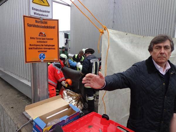 """""""Sie fotografieren hier gar nichts."""" Während die Betonfässer geknackt werden, versucht Josef Bachmeier Medienvertreter vom Fotografieren abzuhalten. Foto: as"""