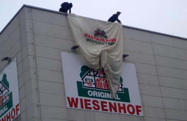 """""""Mastanlagen Widerstand"""": Am Samstag blockierten Aktivisten den Wiesenhof-Schlachthof in Bogen. Foto: as"""