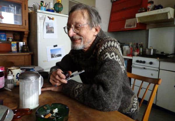 In der Küche seiner Wohngemeinschaft: Uli Teichmann wohnt mit zwei Studenten zusammen.