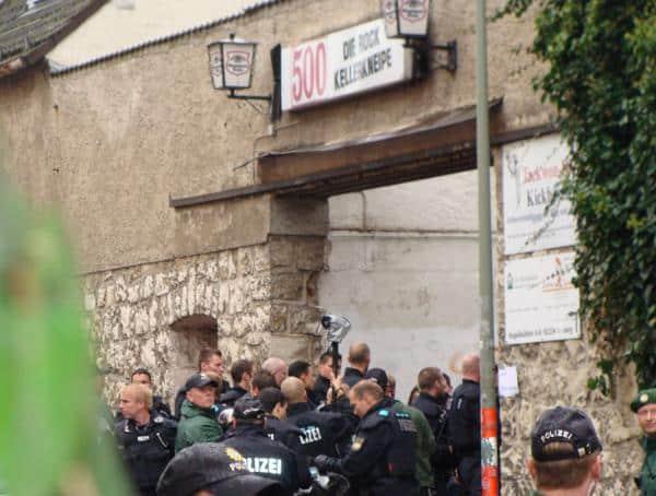 Regelmäßiger Treff für rechte Konzerte: Das Amberger Pilspub 500. Hier versucht die Polizei, Neonazis davon abzuhalten, eine Demonstration anzugreifen. Foto: as/ Archiv