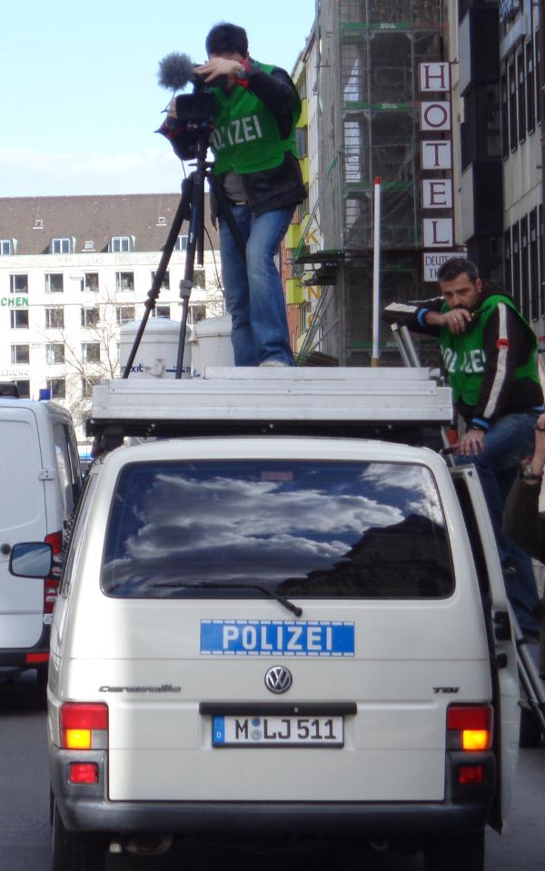 Die Demonstration wird mehrfach komplett abgefilmt.