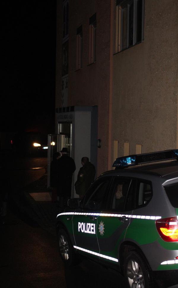 Eine Polizeistreife musste vor dem Pfarramt Wache schieben. Foto: Roth
