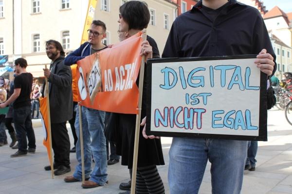 Am Sonntag protestierten die Regensburger Piraten gegen die Bestandsdatenauskunft (BDA). Grüne und attac waren angeblich auch dabei - blieben aber farb- und fahnenlos. Fotos: Liese