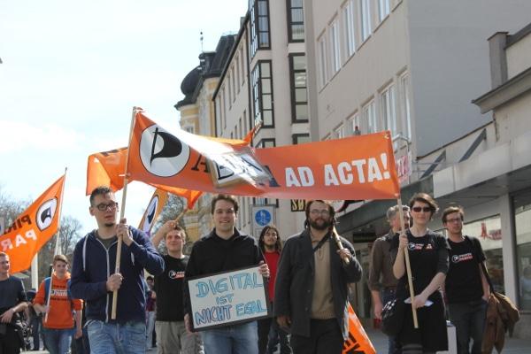 Ein altes ACTA-Transparent wurde beim Demonstrationszug recycelt.