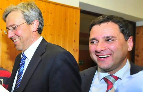 Darf auf einen Platz im Stadtrat hoffen: Jürgen Linhart (hier mit Franz Rieger bei der Wahl am Freitag). Foto: Staudinger
