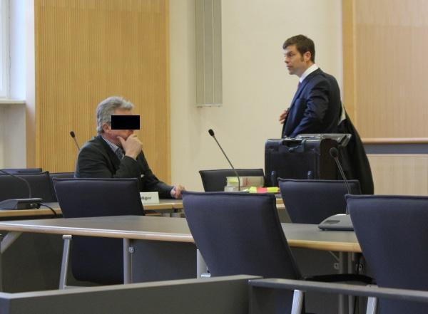 Wird seine Pension verlieren: Reinhold F. mit seinem Verteidiger Dr. Georg Karl. Foto: Liese