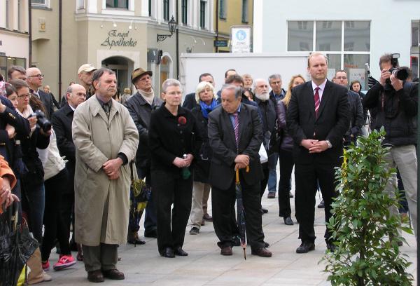 Betroffene Blicke: Die Gedenktafel wird enthüllt. Foto: wr
