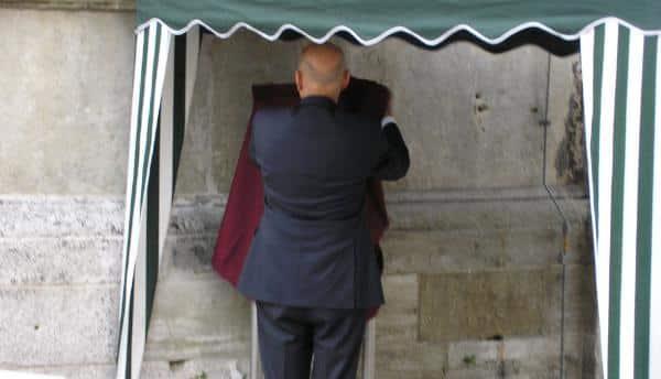 Der große Moment: Schaidinger enthüllt die im Eiltempo realisierte Gedenktafel. Foto: wr