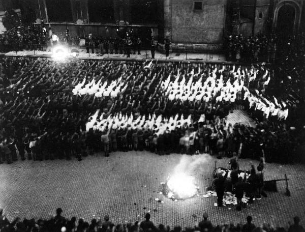 Der 12. Mai 1933: Bücherverbrennung auf dem Neupfarrplatz.