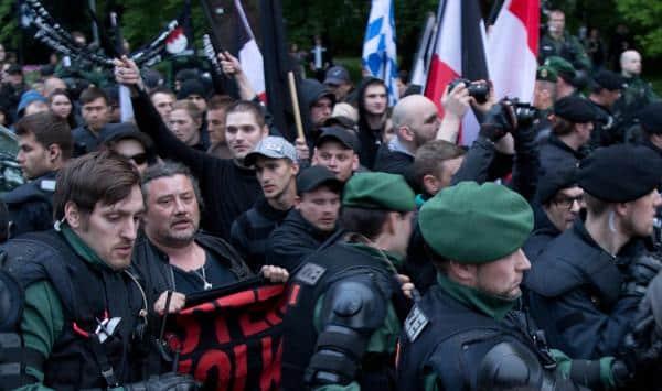 Der Nazi-Pulk versuchte mehrfach die Polizeikette zu durchbrechen. Foto: as