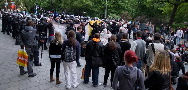 """Links der Nazi-Aufmarsch, rechts die Gegendemonstration. Der """"Verfassungsschutz"""" meint: alles Extremisten. Foto: as"""