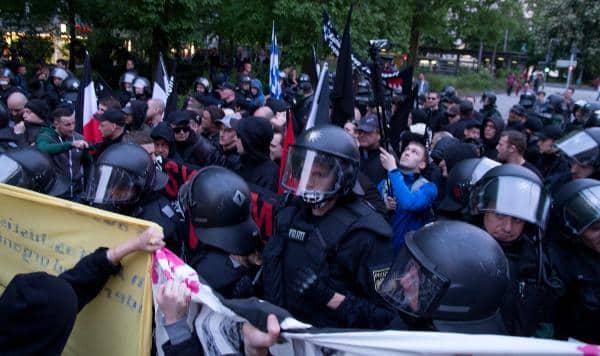 Von der Polizei unbehelligt: Ein Anti-Antifa-Fotograf filmte die Geghendemonstranten während des gesamten Aufmarschs. Foto: as