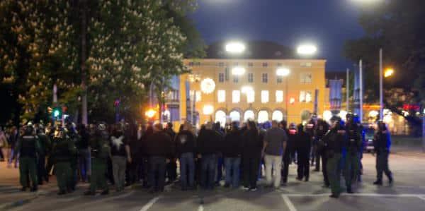 Kurz nach 21 Uhr: Die Nazis werden zum Bahnhof zurück eskortiert. Foto: as