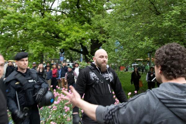 Prügelte bei seiner Ankunft auf Gegendemponstranten ein: Der unterfränkische Neonazi Marcel Finzelberg. Foto: as