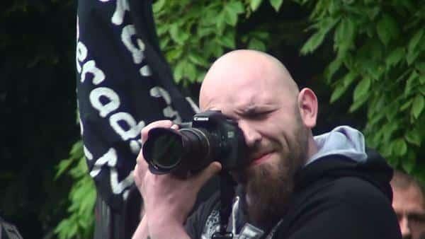 Kam zum Aufmarsch, prügelte auf Gegendemonstranten ein und konnte anschließend unbehelligt Gegendemonstranten abfotografieren: der Würzburger Nazi Marcel Finzelberg. Foto: wt