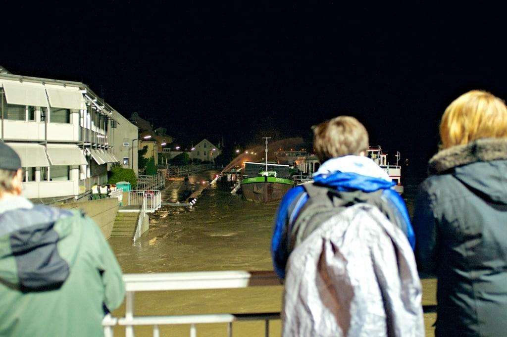 Die Werftstraße am Dienstag um drei Uhr früh. Noch wurden die Dammelemente nicht überspült. Foto: Phil Starzinger