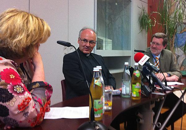 Teils herzlich, teils diplomatisch: Rudolf Voderholzer auf dem Podium im Presseclub zwischen Christine Schröpf und Karl Birkenseer. Fotos: as