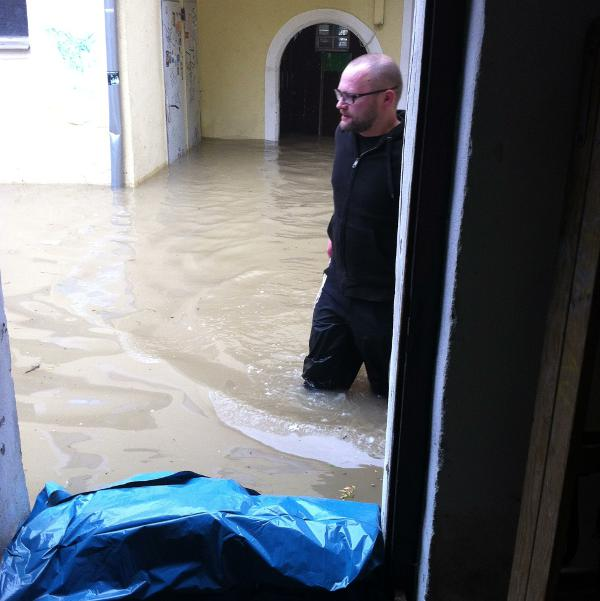 Udo Meyer im Hinterhof des Plan 9. Ein Viertelstunde vorher war es hier weitgehend trocken. Foto: as