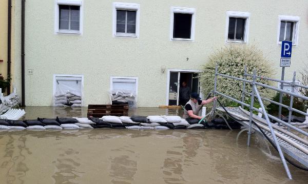 Die Werftstraße am Mittag. Trotz Dauereinsatz musste das Gebiet schließlich kontrolliert geflutet werden. Fotos: as