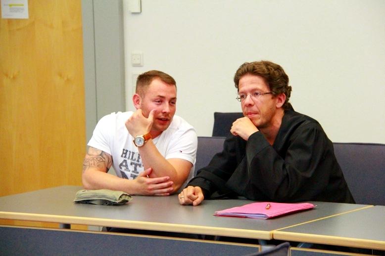 NPD-Kader unter sich: Andy Knape und der Szeneanwalt Ingmar Knop. Foto: Roth
