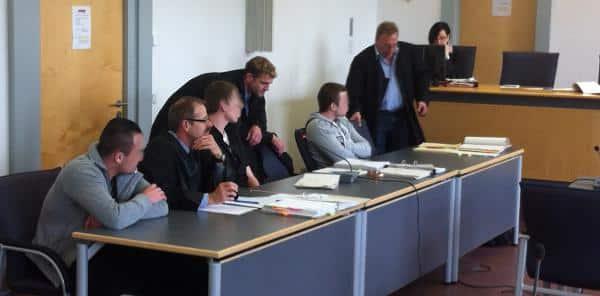Wirkten, akls könnten sie kein Wässerchen trüben: die drei Angeklagten mit ihren Rechtsanwälten. Foto: as